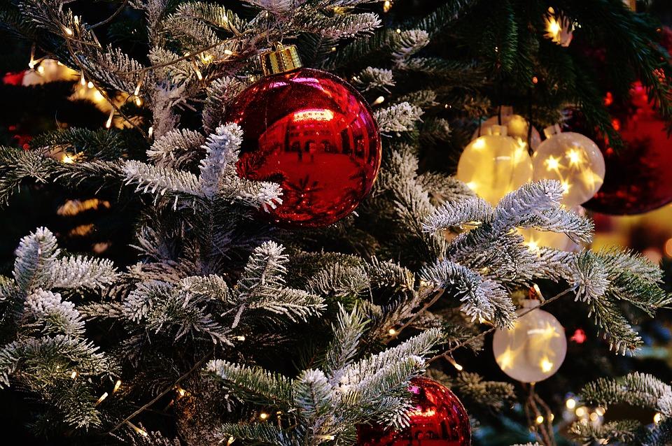 Dekoriere den Weihnachtsbaum